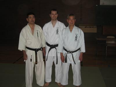 Frédéric entouré de Maître Haruyoshi Shimabukuro et de Maître Yokinobu Shimabukuro